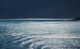 Efervescência de Sun na água, girando as ondinhas da prata da água Fotos de Stock Royalty Free
