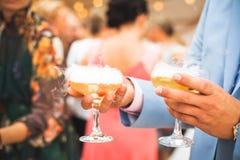 A efervescência do champanhe nos vidros Fotografia de Stock