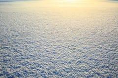 Efervescência no sol, textura de superfície do campo de neve da neve com brilho de brilho Fundo natural do Natal Específico do in fotos de stock royalty free