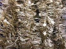 Efervescência plástica pelo ano novo, ouropel da festão do Natal bonito da Natal-árvore, decorado festiva Textura Fundo imagens de stock royalty free