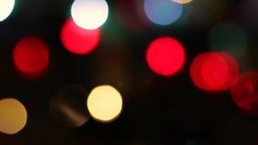 Efervescência rápida de piscamento defocused borrada colorida maravilhosa que queima o fundo claro brilhante lento do preto da il filme