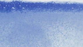 Efervescendo a superfície líquida azul com estouro de bolhas vídeos de arquivo