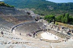 Efes Turkiet - Oktober 1, 2015: Folket besöker den forntida staden av Ephesus fotografering för bildbyråer