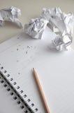 Effacez l'idée de mots sur le papier avec le jet de papier chiffonné autour Images libres de droits