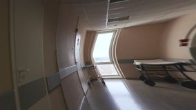 Effect van gevoel onwel in de het ziekenhuisgang visuele hallucinaties stock videobeelden