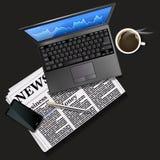 Effectenbeursgrafiek op laptop het scherm en mobiele telefoon met zwarte Royalty-vrije Stock Fotografie