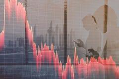 Effectenbeurzenneerstorting, voorraad neer Grafieken tegen een abstracte achtergrond van stadsmensen royalty-vrije stock foto's