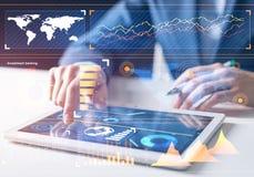 Effectenmakelaar die met financi?le informatie werken stock afbeeldingen