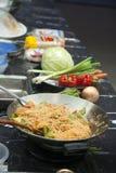 Effectuant les nouilles thaïes - cuisson de démonstration Photographie stock