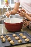 Effectuer des biscuits. image libre de droits