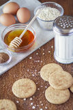 Effectuer des biscuits Images stock