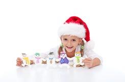 Effectuer des biscuits de Noël avec les gosses Photo stock