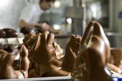Effectuer des figurines de chocolat dans une boulangerie. Photos libres de droits