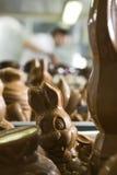 Effectuer des figurines de chocolat dans une boulangerie. Image stock
