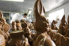 Effectuer des figurines de chocolat dans une boulangerie. Photo stock