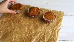 Effectuer des pains Le chef présentent des petits pains sur le papier de cuisson Petits pains de vanille clips vidéos
