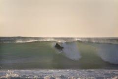 Effectuer la vague déferlante au coucher du soleil Image stock