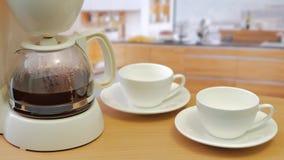 Effectuer le café Machine de café de matin faisant le café clips vidéos