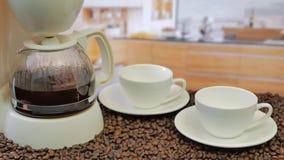 Effectuer le café Machine de café de matin faisant le café banque de vidéos