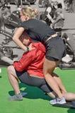 Effectuer le massage de sports pour des athlètes Image stock