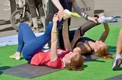 Effectuer le massage de sports pour des athlètes Photographie stock