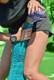 Effectuer le massage de sports pour des athlètes Photographie stock libre de droits