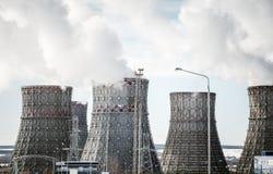 Effectuer le pouvoir Grands tours ou tuyaux de refroidissement Fumée blanche épaisse Photographie stock libre de droits