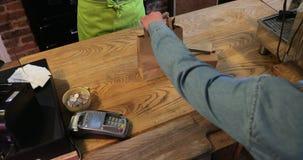 Effectuer un paiement sans contact de carte pour la nourriture clips vidéos