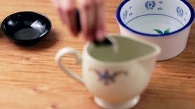 Effectuer une cuvette du thé Mise de tous les ingrédients dans la tasse clips vidéos