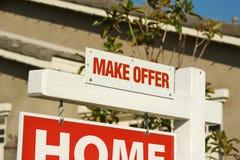 Effectuez à offre les immeubles signer et la maison neuve image stock