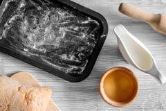 Effectuez le pain Le pain et les ingrédients sur la lumière woden la maquette de vue supérieure de fond de table image libre de droits
