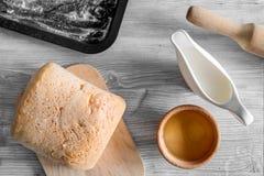 Effectuez le pain Le pain et les ingrédients sur la lumière woden la vue supérieure de fond de table images libres de droits