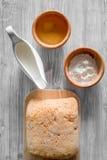 Effectuez le pain Le pain et les ingrédients sur la lumière woden la vue supérieure de fond de table images stock