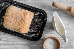 Effectuez le pain Le pain et les ingrédients sur la lumière woden la vue supérieure de fond de table image stock