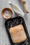 Effectuez le pain Le pain et les ingrédients sur la lumière woden la vue supérieure de fond de table photographie stock libre de droits
