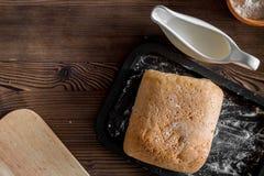 Effectuez le pain Pain et ingrédients sur le copyspace en bois foncé de vue supérieure de fond de table photos libres de droits