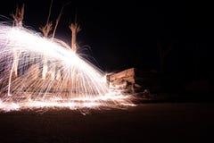 Effekt av gnistor av glödande stål Långt exponeringsfoto Brandvägg i den övergav staden av Epecuen arkivbilder