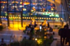 effekt för 50mm bakgrundsblur aktiverar sidan för nattnikkordeltagaren Nattljus i restaurang Royaltyfri Bild