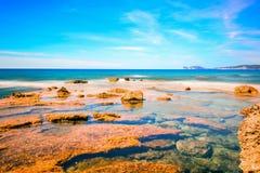 Effekt för rörelsesuddighet i Alghero den steniga kusten Arkivfoton
