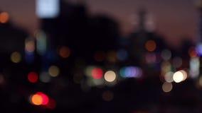 effekt f?r 50mm bakgrundsblur aktiverar sidan f?r nattnikkordeltagaren Trafikstad på natten i Japan stock video
