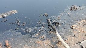 Effekter som är miljö- från vatten som är kontaminerat med kemikalieer och olja lager videofilmer