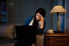 Effektiv studentflicka sent på natten hemma Fotografering för Bildbyråer