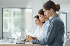 Effektiva affärskvinnor som tillsammans arbetar Arkivbild