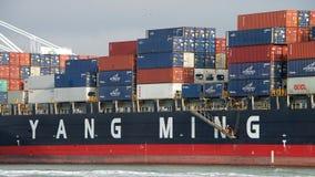 EFFEKTIVITET för lastfartyg som YM avgår porten av Oakland arkivfoton