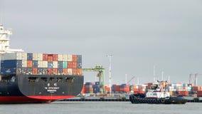EFFEKTIVITET för lastfartyg som YM avgår porten av Oakland arkivbild