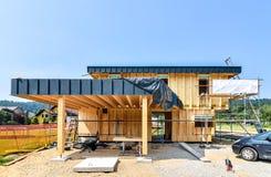 Effektivt passivt trähus för byggnadsenergi royaltyfria bilder