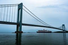 Effektivwert Queen Mary 2 verlassendes New York City stockbild
