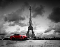 Effel塔、巴黎、法国和减速火箭的红色汽车 免版税库存照片