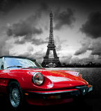 Effel塔、巴黎、法国和减速火箭的红色汽车 黑色白色 库存图片