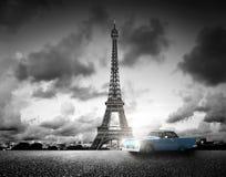 Effel torn, Paris, Frankrike och retro bil svart white Arkivbilder